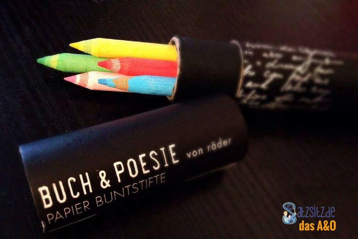 Papierbuntstifte auf schwarzem Holz, mit dem das A&O Gedichte aus Büchernbemalt