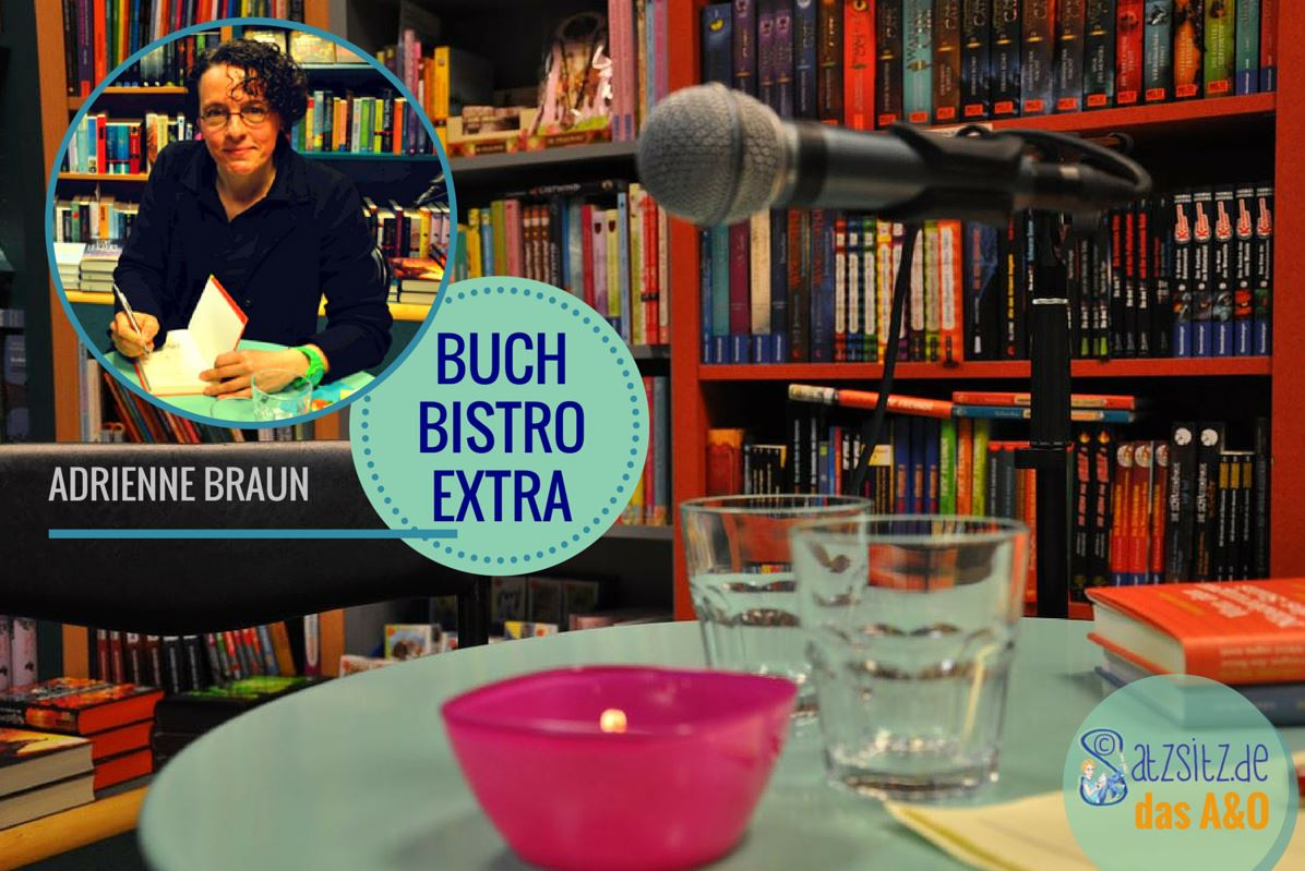 Adrienne Braun am Signiertisch der Schillerbuchhandlung, als Hintergrundbild ihr Mikrofon