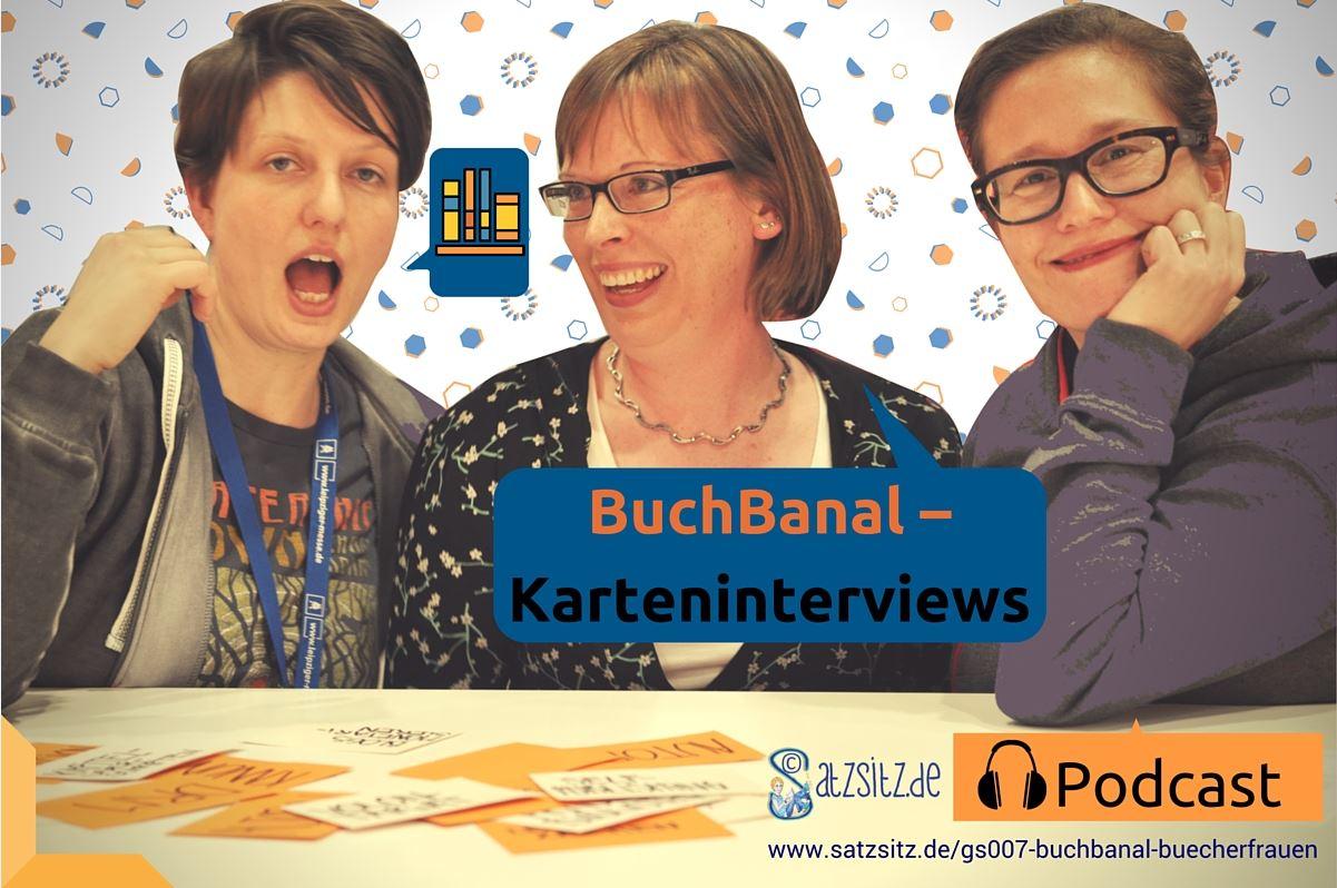 """Drei Bücherfrauen, die für den Satzsitz Podcast an """"BuchBanal"""" teilnehmen, vor ihnen auf dem Tisch die Interviewkarten: Dorothea Martin, Silke Hartmann und Simone Veenstra"""