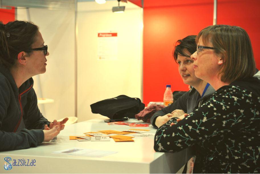 Drei Publishingexpertinnen im Podcastinterview, sitzend im Pressebereich der Leipziger Buchmesse